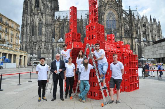 Original und Nachbau: Studenten bauten aus 400 Bierkästen den Kölner Dom nach. Foto: Roland Breitschuh.