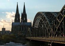 Der Kölner Dom wird beim Weltgästeführertag genau unter die Lupe genommen. (Foto: Joachim Rieger)