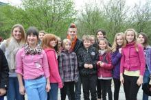 Angehender Superstar Daniele umgeben von kleinen Casting-Teilnehmern von DSDS-Kids. (Foto: Ronja Gasper)