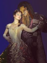 """Eine märchenhafte Geschichte, prunkvolle Kostüme und ausgezeichnete Musik erwarten die Zuschauer bei """"Die Schöne und das Biest""""."""