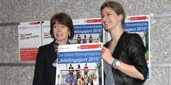 """OB Henriette Reker und Fechtweltmeisterin Britta Heidemann präsentieren das aktuelle Plakat für den Ehrenamtspreis """"Köln Engagiert 2016"""". Foto: Jürgen Schön"""