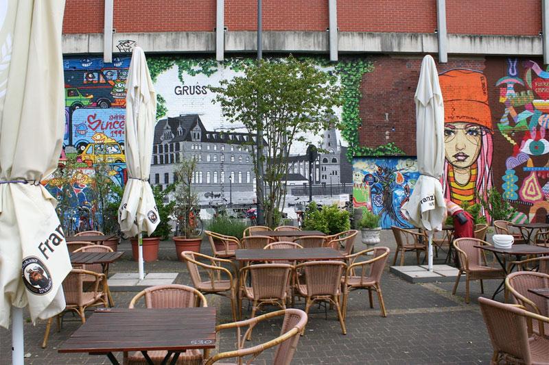 Graffitis, Aufkleber und Taubendreck am Ehrenfelder
