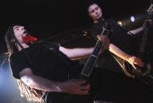 """Gibt alles: Gitarren- und Bassfraktion von """"End of Green"""" (Foto: Helmut Löwe)"""