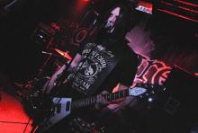"""Gibt sich Publikumsnah: Sänger und Gitarrist Michael Huber alias """"Michelle Darkness"""". (Foto: Helmut Löwe)"""
