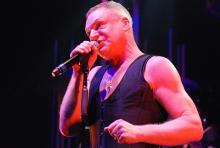 Andy Bell: singt, schwitzt, blödelt und hat Spaß. (Foto: Helmut Löwe)