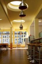 Der E-Raum mit großen Fensterfassaden Bild: B.Schmitz