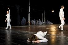 """""""Das Erdbeben von Chili"""" mit Philipp Gehmacher, Marie Rosa Tietjen und   Jan-Peter Kampwirth in der Halle Kalk. Foto: Oliver Fantitsch/  Schauspiel Köln"""