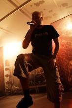Jens Kidman: growlt sich durch die wahnwitzigen Klangwelten Meshuggahs. (Foto: Helmut Löwe)