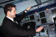 Ralf Görres, den meisten eher bekannt als Prinz Ralf III.: versucht sich im Flugsimulator am Steuerknüppel eines A 320. (Foto: Helmut Löwe)
