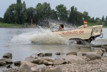 Mit einem Amphibienfahrzeug braucht Wasser keine Balken (Foto: Kultauto.de)