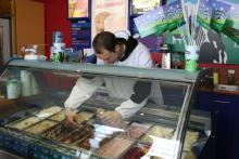 Verkäufer Manuel verteilt fleißig Eis (Foto:Julia Schmitz)