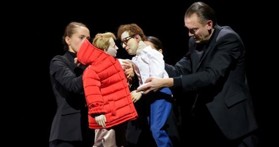 Faust trifft Gretchen: Links Puppenführerin Magda Lena Schlott, rechts Lutz Großmann, im Hintergrund Steffi König. Foto: Thomas Aurin / Schauspiel Köln