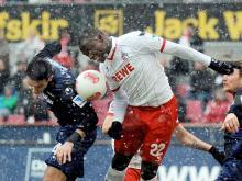 Kölns Anthony Ujah und Berlins Roberto Puncec (r) kämpfen um den Ball. Foto: Henning Kaiser (dpa)