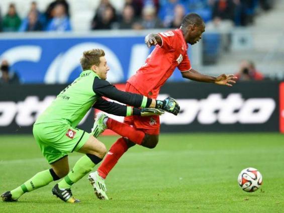 Oliver Baumann (l) kann Anthony Ujah nicht mehr aufhalten. Der Stürmer mit dem zwischenzeitlichen 3:1 für den 1. FC Köln. Foto: Uwe Anspach (dpa)