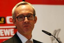 Der neue FC-Geschäftsführer Alexander Wehrle mit dem FC-Rot im Hintergrund. (Foto: Helmut Löwe)