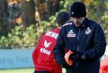 Bei FC-Trainer Holger Stanislawski findet die warme Kleidung aus der Heimat auch an der türkischen Mittelmeerküste gute Verwendung. (Foto: Helmut Löwe)