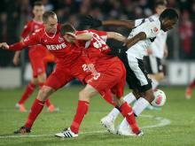 Kampf um den Ball: Die Teams trennten sich torlos. Foto: Ralf Stockhoff (dpa)