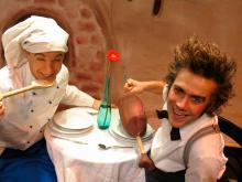 """Das Duo """"Coq au vin"""" zeigt Kindern ab 3 Jahren, was in der Küche alles passieren kann – und trotzdem schmeckt. Foto: SK Stiftung Kultur"""