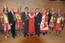 Gruppenbild Markus Ritterbach (5.v.r.) und Christoph Kuckelkorn (3.v.r.) mit den Repräsentanten der Intrum Justitia und Vertretern der Römergarde Weiden
