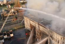 Die Brandbekämpfung erwies sich als schwierig, weil die Halle einsturzgefährdet ist. Foto: Feuerwehr Köln