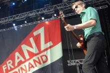 Alexander Kapranos schwingt die Gitarre endlich auch wieder in Köln (Foto: ddp)