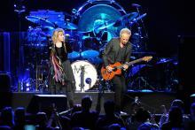 Sängerin Stevie Nicks (l-r), Schlagzeuger Mick Fleetwood und Gitarrist Lindsey Buckingham begeistern 15.000 Fans in Köln. (Foto: dpa)