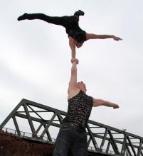 Die Artisten Dima & Dima zeigen Körperbeherrschung (Foto: Christian Rentrop