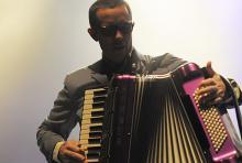 Matthew Hensley: steuert mit Akkordeonspiel einen Teil zur tradionellen irischen Musik bei. (Foto: Helmut Löwe)