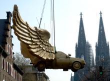 Das Flügelauto erregt seit Jahren die Gemüter (Hier beim Abbau zur Restauration im April 2005, Bild: ddp)