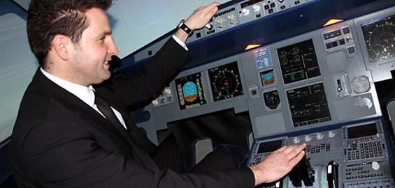 Immer wieder beliebt und auch dieses Mal dabei: Einmal Probefliegen im Flugsimulator. Foto: Helmut Löwe