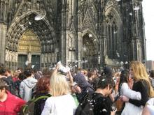 Im vergangenen Jahr nahmen rund 1.000 Menschen am Kissenschlacht-Flashmob auf der Domplatte teil.