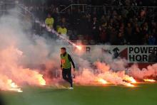 Randale  beim Relegationsspiel Fortuna Düsseldorf gegen Hertha BSC Berlin: die Partie am 15. Mai 2012 stand wegen Ausschreitungen vor dem Abbruch. (Archivfoto: dapd)