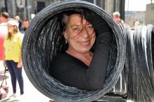 Floriana Frassetto spinkst aus ihrem schwarzen Lüftungsschlauch. (Foto: Viola Niedenhoff)