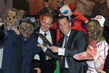Stefan Löcher, der Chef der Lanxess Arena, (li.) und Veranstalter Herbert Geiss von Deiters (re.) umgeben von Zombies.