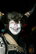 Teilnehmer des Geisterzuges: Karneval mal nicht hell und bunt, sondern düster und schwarz. (Foto: Fabian Schmelcher)