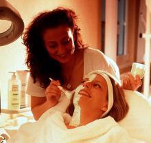 Ein Gesichtspeeling entspannt und reinigt die Haut (Foto: ddp)