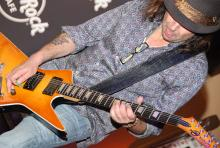Phil Campbell: Der Waliser hat das Gitarrespiel im Blut. (Foto: Helmut Löwe)