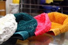 Auch Badekappen in diversen Farben gehören zum Sortiment von Gummi Grün (Foto: Sebastian Reichert)