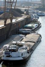 Kleiner als der Hamburger aber ein ebenso emsiges Treiben: der Hafen in Köln-Niehl. (Foto: ddp)