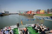 Vorbei geht' an Kränen und bunten Container-Reihen. (Foto: V.Schmidt/ Fotografie Joachim Rieger)