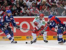 Kölns Mirko Lüdemann (M) hat es gegen die Mannheimer Ken Magowan und Christoph Ullmann schwer. Foto: Henning Kaiser (dpa)
