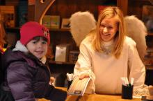 """Das Weihnachts-Postamt lässt Kinderaugen glänzen Die kleine Helena (3) überreicht dem """"Christkind"""" Steffi ihre Wunschliste (Foto: Christian Rentrop)"""