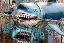 Der weiße Hai macht auf das Spiegellabyrinth Pirates Adventures aufmerksam. (Foto: Helmut Löwe)