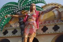 Preist weithin süßes Naschwerk an: orientalische Schönheit aus Pappmaschee am Dach eines Süßigkeitenstandes. (Foto. Helmut Löwe)