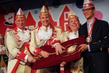 Das Dreigestirn hat sich den goldenen Schlüssel zur Hofburg redlich verdient. v.l.n.r.: Jungfrau Olivia, Prinz Marcus II., Bauer Thorsten, Rolf Slickers (Foto: C. Rentrop