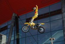 In zehn Metern Höhe steuert Freddy Peters sein Motorrad mit den Füßen. (Foto: Fabian Radix)