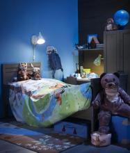 Einrichtungsbeispiel von Ikea mit Plüschtieren, Tier-Bettwäsche und Tierpfoten auf dem Teppich. (Foto: Ikea)