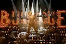Die Burlesque Lounge ist bekannt für extravagante und aufreizende Bühnenshows. (© 2010 Sony Pictures Releasing GmbH)