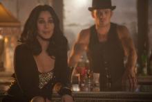 Tess (CHER, l.) und Jack (CAM GIGANDET, r.) beobachten die Tänzerinnen bei den Proben. (© 2010 Sony Pictures Releasing GmbH)