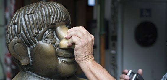 Tünnes und Schäl-Denkmal: Es soll Glück bringen ihnen an die Nase zu fassen. Foto: Imago/ecomedia, Robert Fishmann
